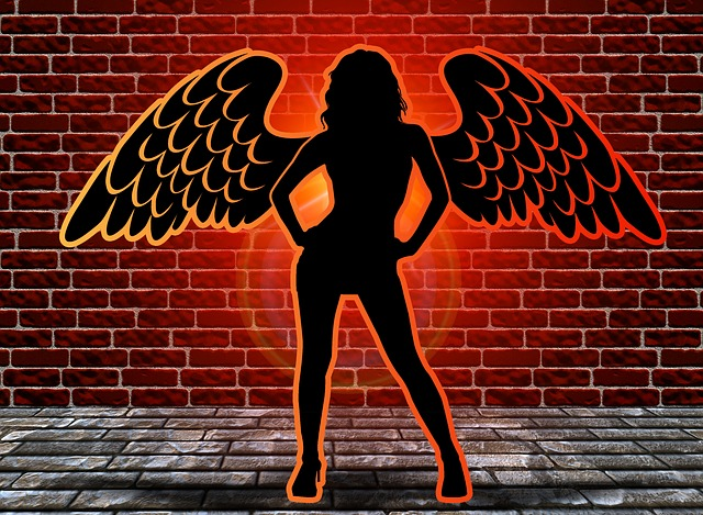žena s křídly, cihlová zeď