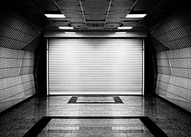 vrata, šedé okolí