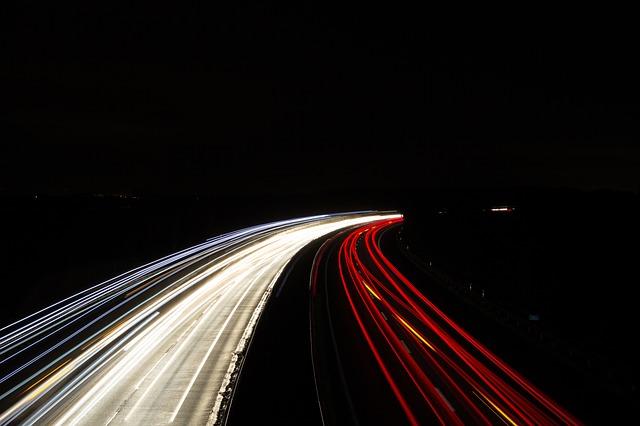 pruhy světel, dálnice