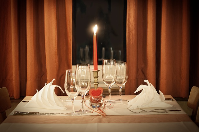 svíčka, skleničky, ubrousky, stůl