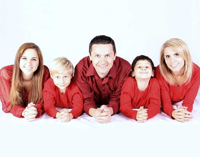 rodina, červené oblečení