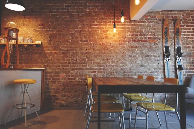 cihlová zeď v jídelně