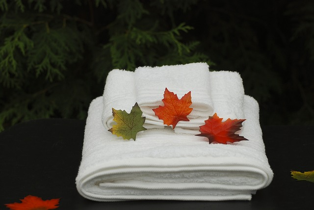 bílé ručníky, barevné lístečky