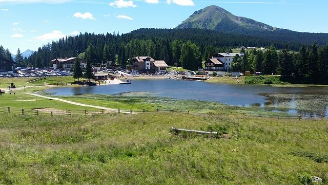 hory, jezero, vesnička