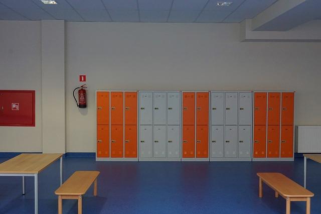 oranžovo bílé plechové skříňky
