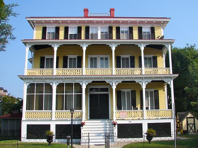 žlutý dům, hotel, bílé schody, balkony
