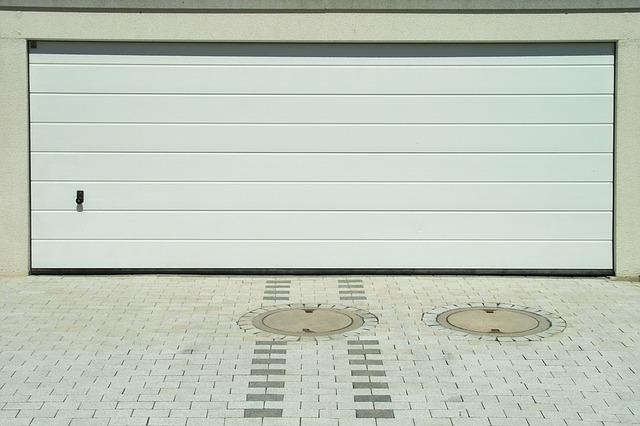 bílá garáž