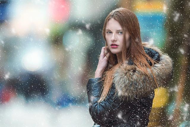 žena ve sněhu