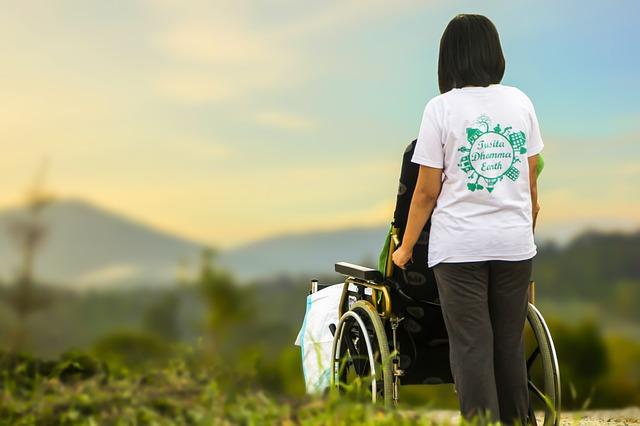 ošetřovatelka s invalidou.jpg