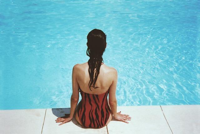 sezení u bazénu.jpg