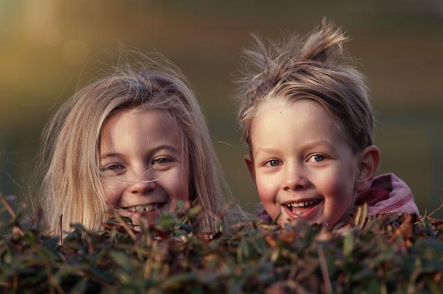 šťastný sourozenci