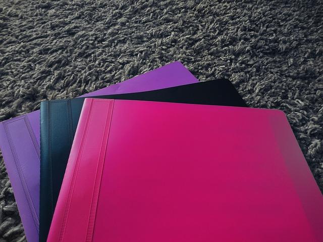 plastové desky v různých barvách
