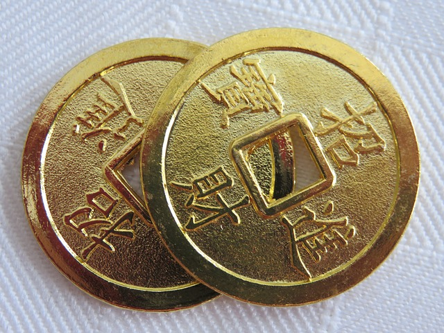 2 zlaté mince s dírou