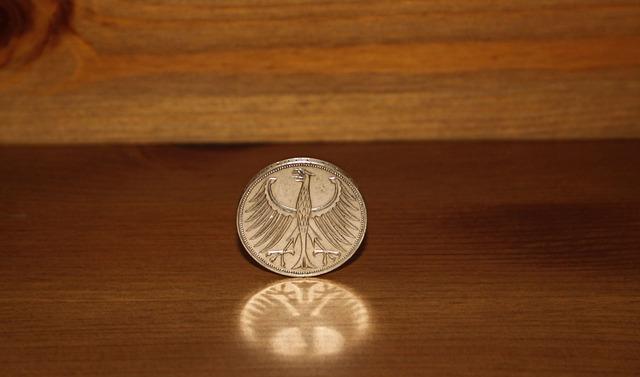 kovová mince na stole, orlice
