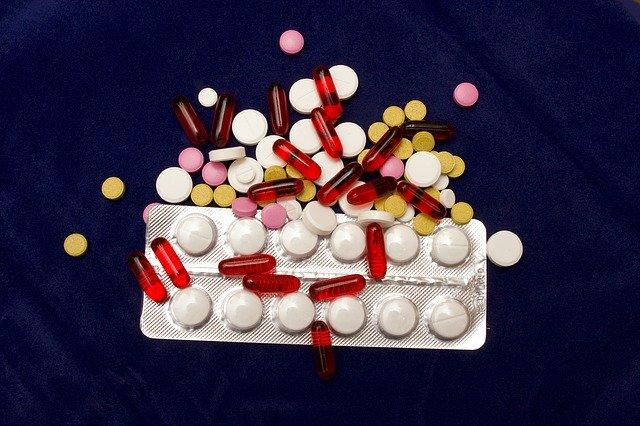 plato s tabletami a různé léky
